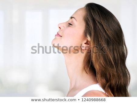 widok · z · boku · kobieta · słuchania · muzyki · sztuki · malarstwo - zdjęcia stock © zzve