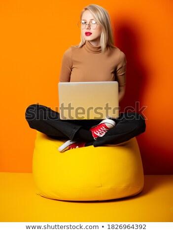 Jovem feminino cliente relaxante saco de feijão parede Foto stock © wavebreak_media