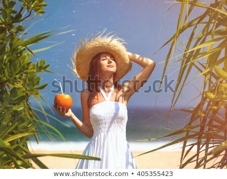 Mujer sombrero coco cóctel playa Foto stock © dashapetrenko
