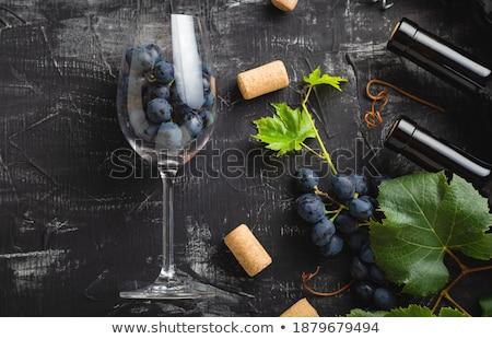 Elegante vidro garrafa vinho tinto escuro uvas Foto stock © DenisMArt