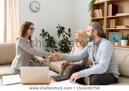 агент · по · продаже · недвижимости · дело · рукопожатие · молодым · человеком · улыбаясь - Сток-фото © pressmaster