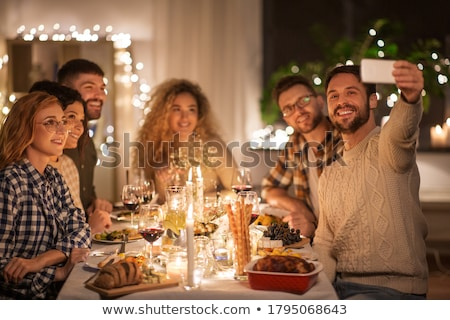 Szczęśliwy znajomych smartphone domu przyjaźni Zdjęcia stock © dolgachov