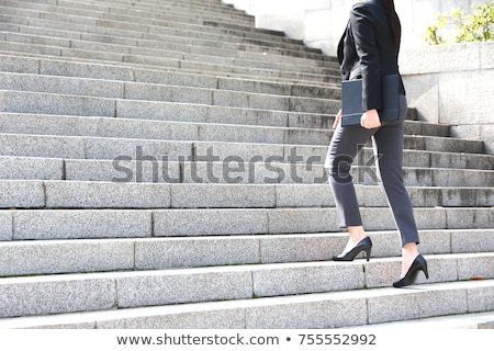Mujer de negocios hasta jóvenes atractivo imaginario paso Foto stock © feedough