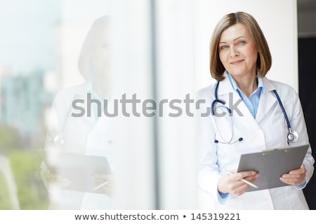 médico · examinar · portátil · estetoscopio · primer · plano · médicos - foto stock © hasloo