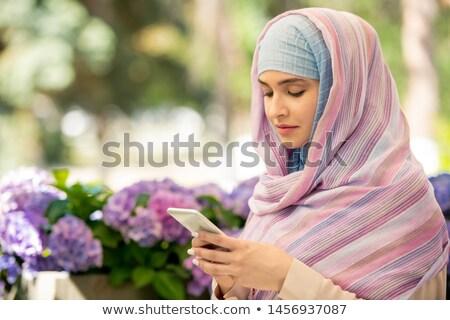 jonge · arabisch · vrouw · hijab · smartphone - stockfoto © pressmaster