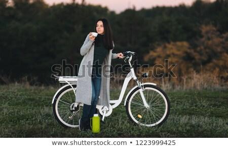 Gyönyörű fiatal női kerékpáros italok meleg Stock fotó © boggy