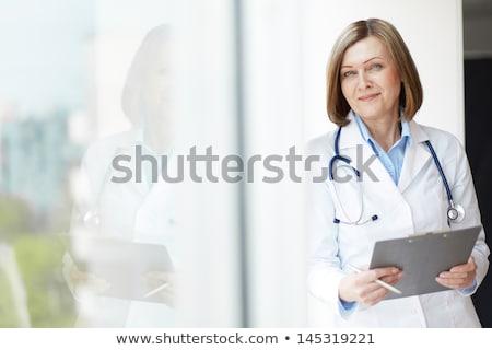 feliz · sonriendo · femenino · médico · portapapeles · aislado - foto stock © Nobilior