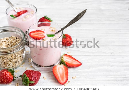 Twee bril vers yoghurt müsli framboos Stockfoto © raphotos