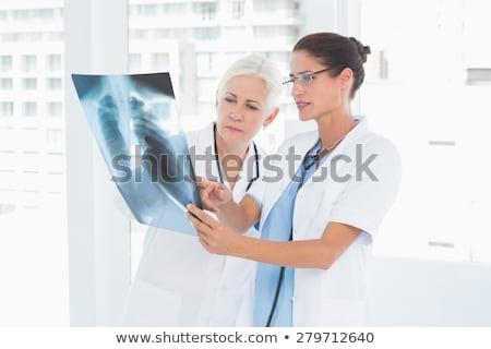Foto stock: Femenino · médico · examinar · Xray · imagen · enfoque