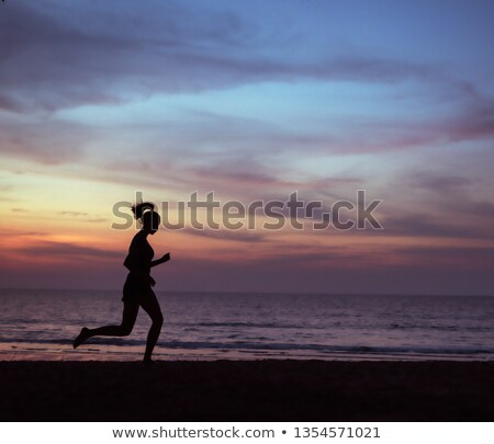Jeunes athlétique dame jogging plage femme Photo stock © majdansky