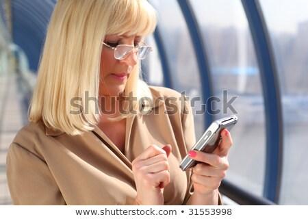 Középkorú nő szemüveg néz pda üzlet Stock fotó © Paha_L