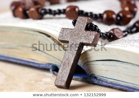 Christian cruz collar abierto página Biblia Foto stock © nessokv