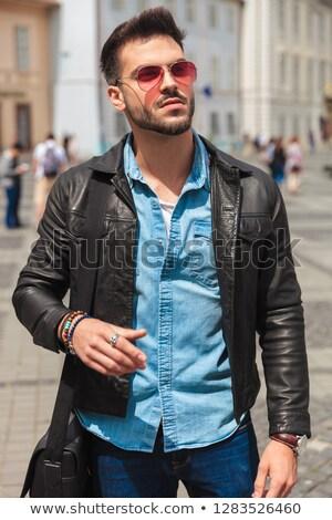 Retrato curioso hombre chaqueta de cuero pie fuera Foto stock © feedough