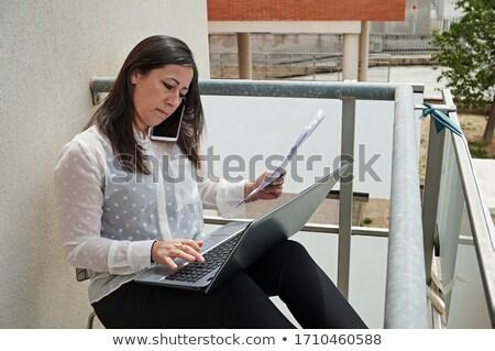 ocupado · empresária · usando · laptop · celular · caneca - foto stock © wavebreak_media