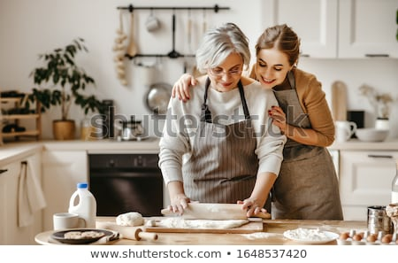 meninas · cozinha · ver · jovem · beautiful · girl · cozinhar - foto stock © ersler