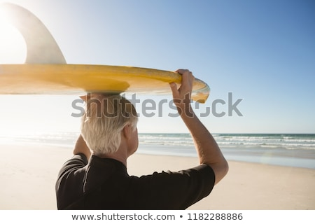 Achteraanzicht senior man surfboard permanente zand Stockfoto © wavebreak_media