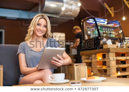 Morgen · Kaffee · trinken · Handy · weiblichen · Hände - stock foto © artfotodima