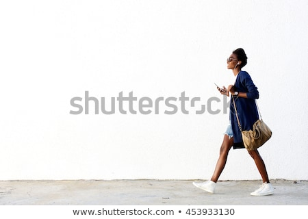 Foto stock: Sorridente · mulher · jovem · caminhada · rua · telefone · móvel