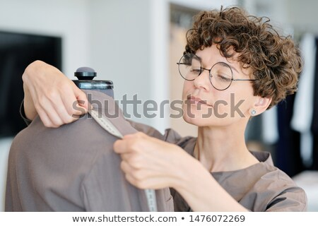 Genç kadın terzi omuz uzunluk Stok fotoğraf © pressmaster