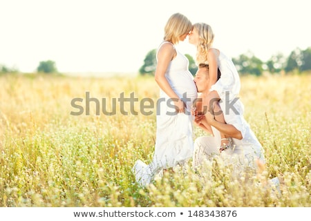 Zwangere moeder dochter buiten vrouw familie Stockfoto © Lopolo