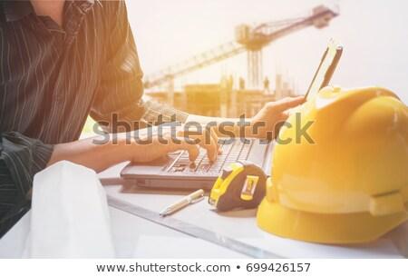 Technikus laptopot használ középső rész szerver szoba férfi Stock fotó © wavebreak_media
