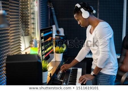 Jonge muzikant hoofdtelefoon luisteren gemengd Stockfoto © pressmaster