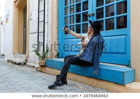 Glimlachend jonge blonde vrouw ontspannen trottoir gelukkig Stockfoto © avdveen