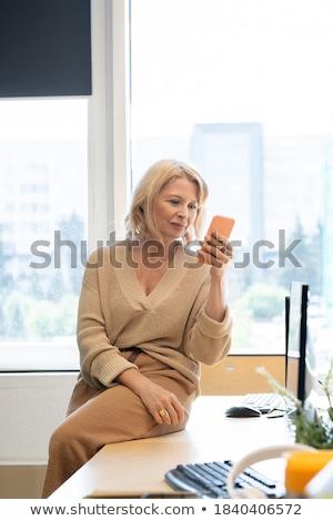 zijaanzicht · zakenvrouw · mobiele · telefoon · kantoor · lobby · business - stockfoto © wavebreak_media