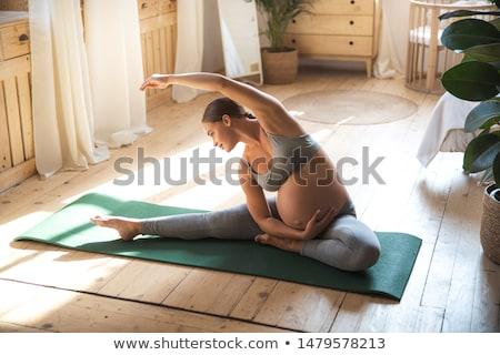 ritratto · donna · incinta · yoga · viola · esercizio - foto d'archivio © is2