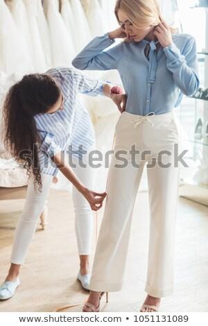 Jonge vrouwelijke kleermaker meetlint naar permanente Stockfoto © pressmaster