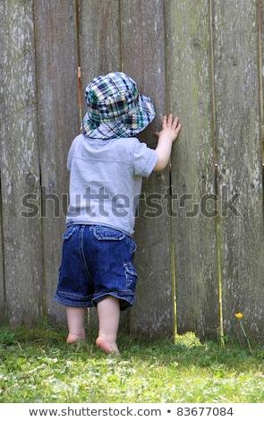 Curioso criança espionagem buraco branco parede Foto stock © pzaxe