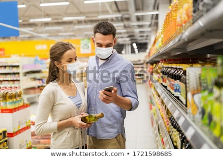 uomo · guardando · alimentari · sezione · shopping - foto d'archivio © hasloo