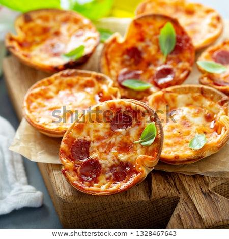 Foto stock: Caseiro · mini · pizza · ovo · frito · cebolas · tabela