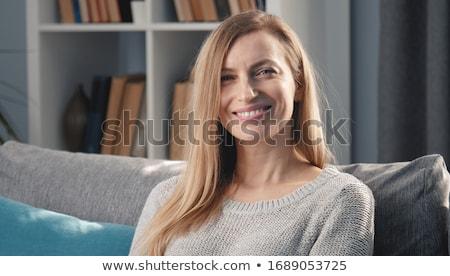 Em linha reta veja belo mulher jovem música fones de ouvido Foto stock © Fisher