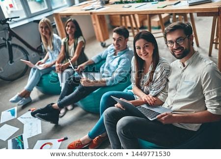 Photo stock: Jeunes · réussi · étudiant · femme · d'affaires · portable · regarder