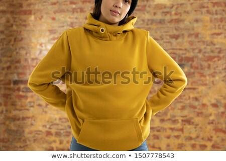 Jeunes femme lunettes de soleil permanent Photo stock © wavebreak_media
