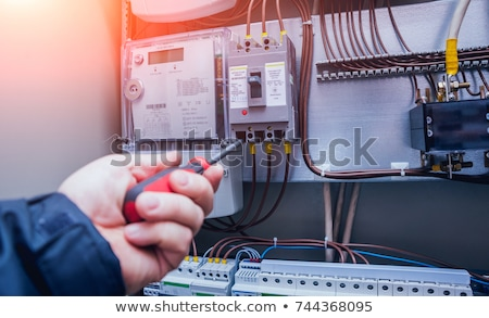 Foto d'archivio: Electrician Testing A Light Switch With A Multimeter