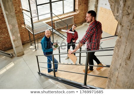 Em pé escada discutir diagrama prédio comercial feliz Foto stock © wavebreak_media