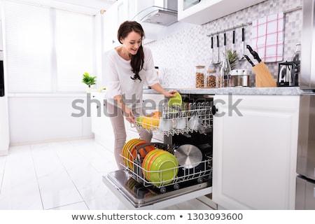 mulher · jovem · placas · lava-louças · ver · casa - foto stock © andreypopov