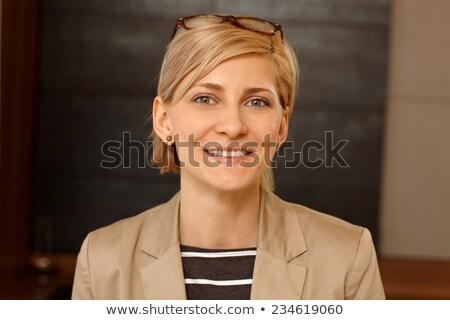 portret · glimlachende · vrouw · bril · jas · glimlachend · jonge · vrouw - stockfoto © deandrobot