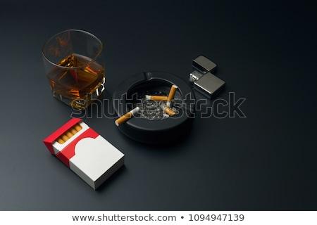 Stockfoto: Glas · alcohol · tabel · sigaret · verslaving · alcoholisme