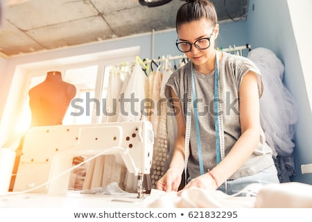 Vrouw naaien kleding portret gelukkig glimlach Stockfoto © Kzenon