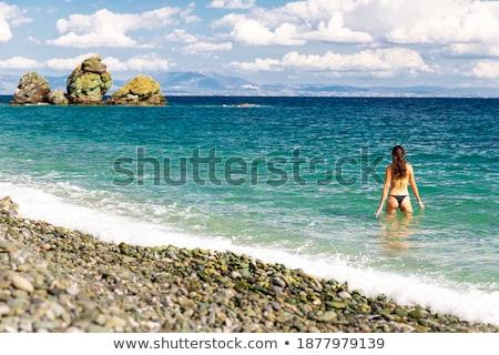 Homme touristiques regarder idyllique vue arrière femme Photo stock © AndreyPopov