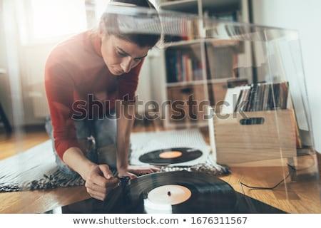 Genç kadın kayıt toplama güzel bakıyor rpm Stok fotoğraf © rcarner