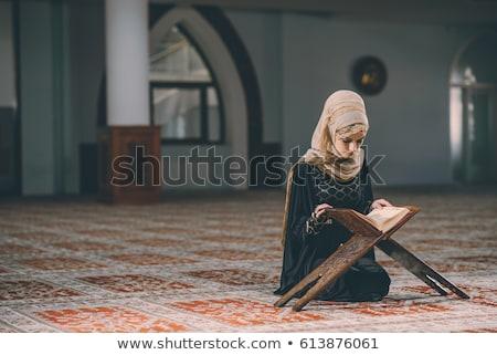 jóvenes · musulmanes · mujer · rezando · mezquita · nina - foto stock © elnur