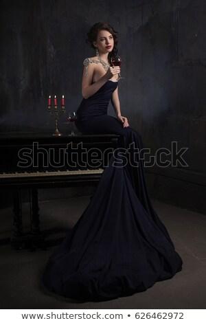 Hermosa vestido negro piano velas vino Foto stock © andreonegin