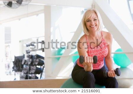 Mujer mano pesos pelota gimnasio feliz Foto stock © monkey_business