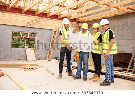 Bouwvakker architect naar plan plaats blauwdruk Stockfoto © Kzenon