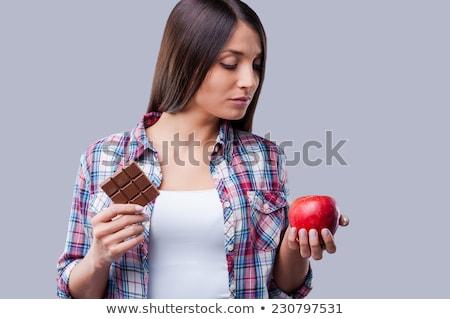 Gyönyörű női tart csokoládé szelet alma áll Stock fotó © wavebreak_media