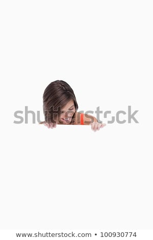 Mujer mirando hacia abajo anunciante mujer sonriente papel femenino Foto stock © wavebreak_media